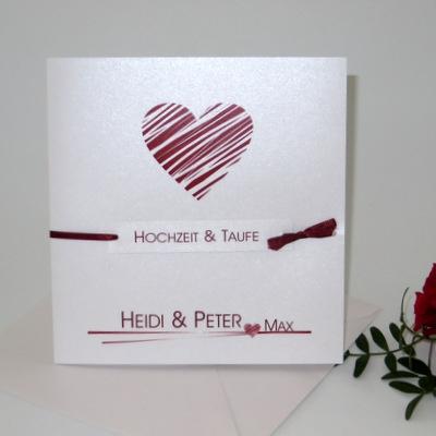Einladungskarte zur Traufe mit einem dunkelroten Herz.