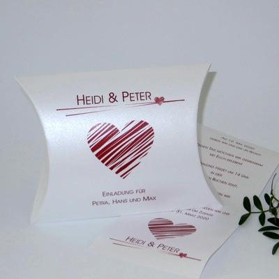 Individuell bedruckte Hochzeitseinladung mit einem roten Herz.
