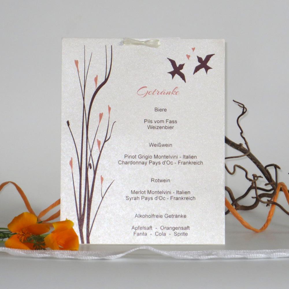 Ein Design mit Vögeln und Ästen in apricot und braun ziert diese Getränkekarte