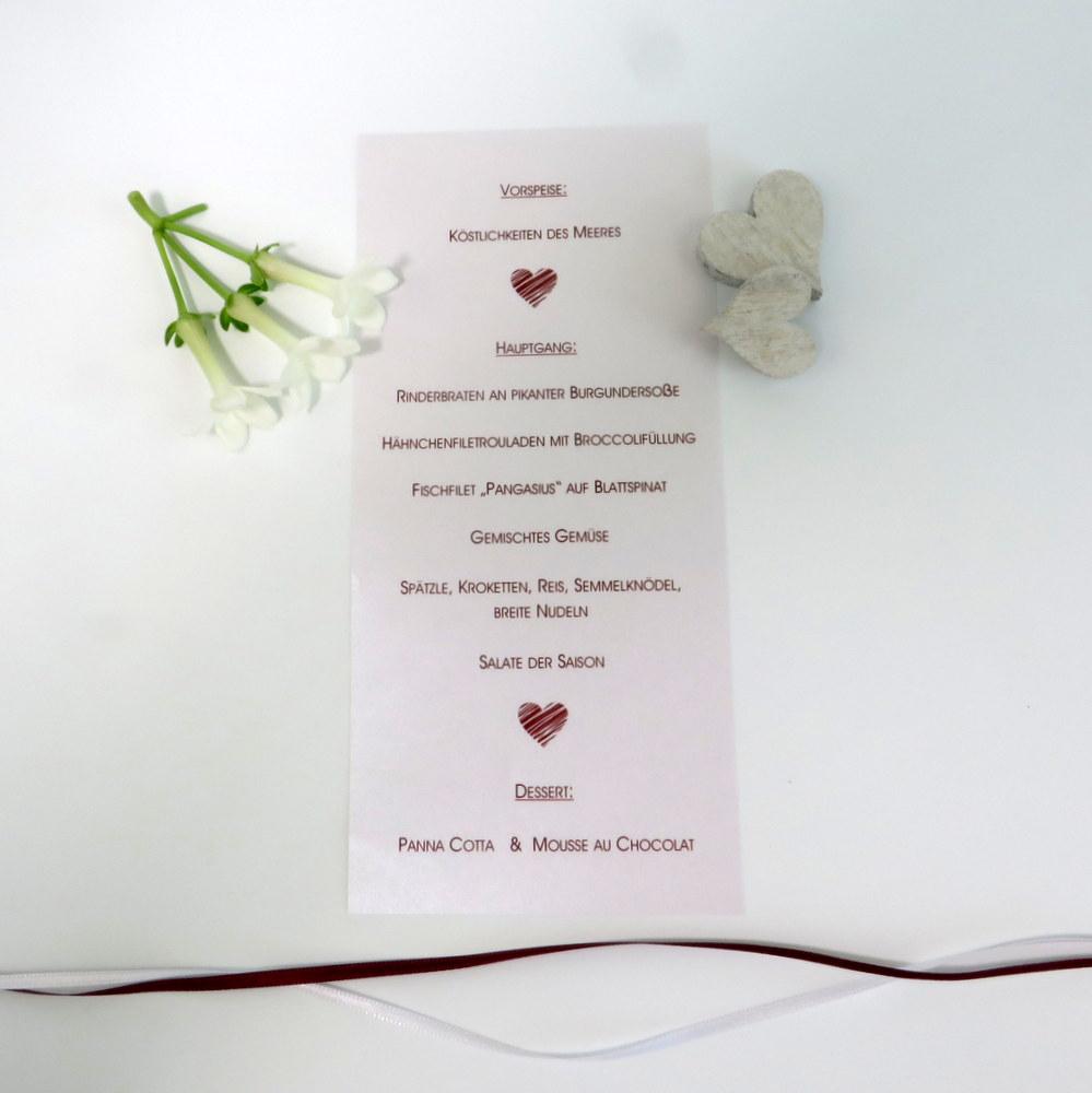 Bedruckte Hochzeitsmenükarte in weiß und dunkelrot.