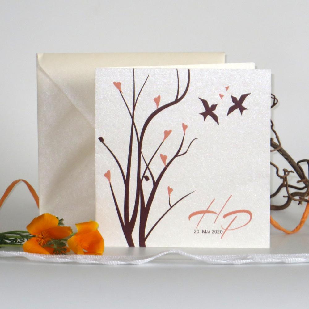 Elegante Hochzeitseinladung in apricot und braun mit süßen Vögeln und Zweigen