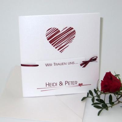 Moderne Hochzeitseinladung mit einem großen roten Herz.
