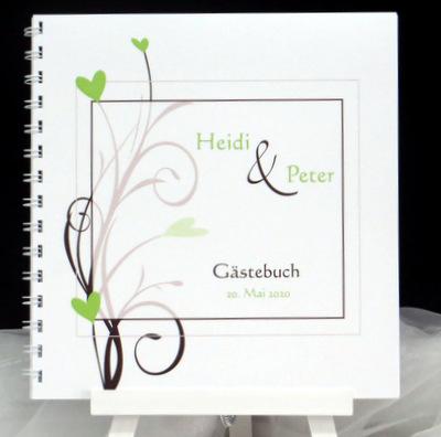 Hochzeitsgästebuch mit braunen Ranken und grünen Herzen.