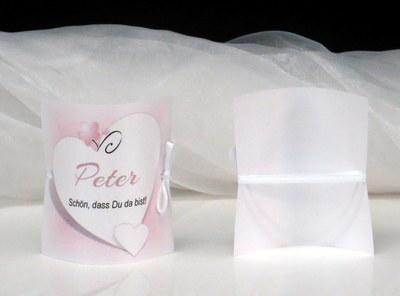 Süße Tischkarten für eine Hochzeit in rosa.