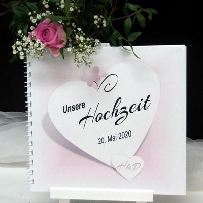 Mit liebevollen Details gestaltetes Hochzeitsgästebuch in rosa und weiß.