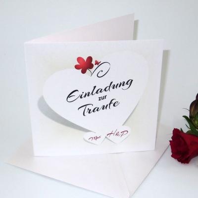Einladungskarte zur Traufe, die mit kleinen Details in rot gestaltet ist.