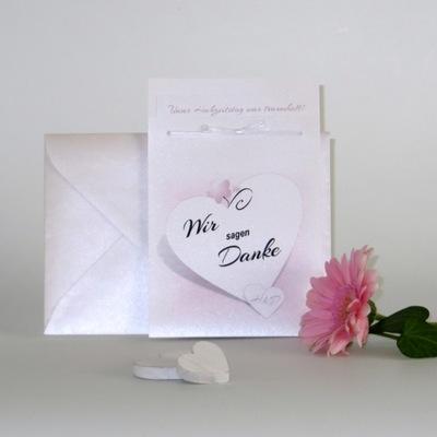 Ausgefallene Hochzeitsdanksagung in rosa und weiß.