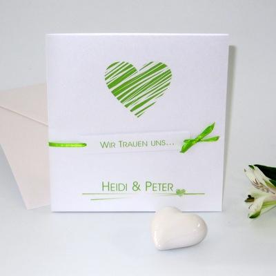Hochzeitseinladungskarte mit liebevollen Details in frischem grün.