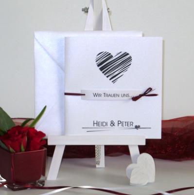 Besonders edle Hochzeitseinladung in schwarz und weiß.