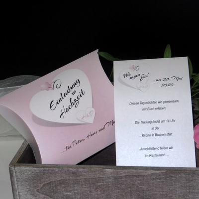 In zauberhaften Rosatönen gestaltete besondere Hochzeitseinladung.