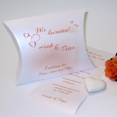 Eine besondere Form der Hochzeitseinladung mit Details in orange.
