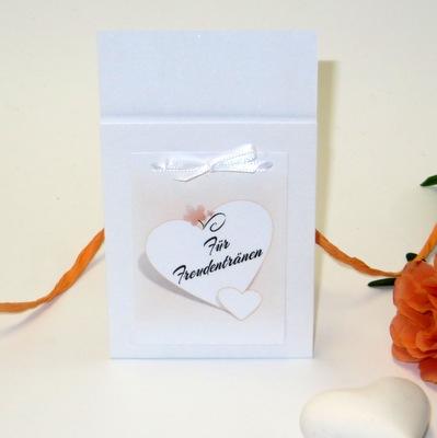 Mit zarten Farbderläufen in apricot und weiß gestaltete Hochzeitskarten und Deko.