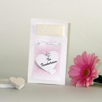 Mit Herzchen und einem rosa Farbverlauf gestaltete Taschentuchtasche für die Hochzeit.
