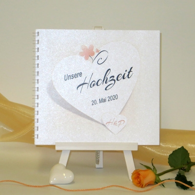 Mit romantischen Details in apricot gestaltetes Hochzeitsgästebuch.
