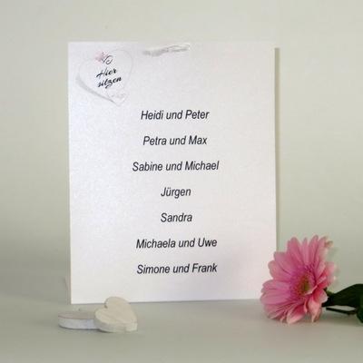 Übersichtlich gestaltete Tischkarte für mehrere Hochzeitsgäste.