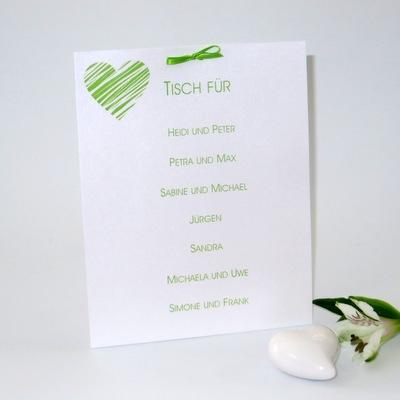 Grün-weiße Gruppentischkarte mit Herz.