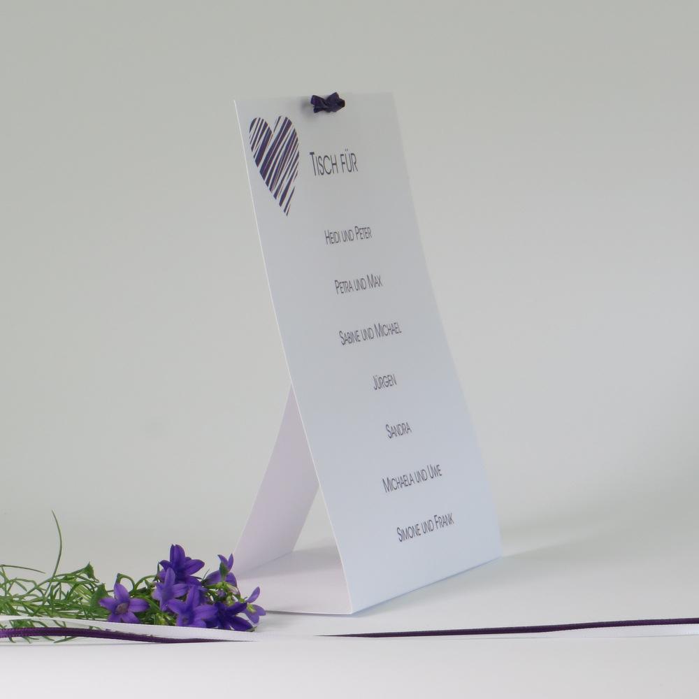 Zeitlos moderne Gruppentischkarte in edlem lila mit einem Herzdesign