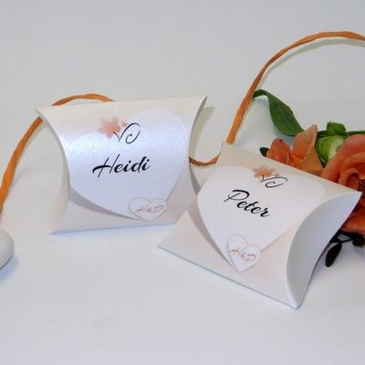 Effektvolle personalisierte Kartonagen für Gastgeschenke in apricot.