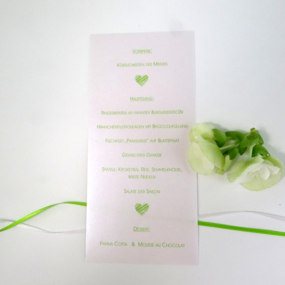 Mit kleinen grünen Herzen gestaltete Hochzeitsmenükarte.