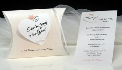 Schriftrolle und Einladungsbox in apricot und weiß.