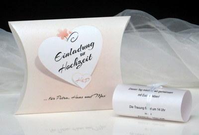 Apricotfarbene Hochzeitseinladung mit einer besonderen Form.