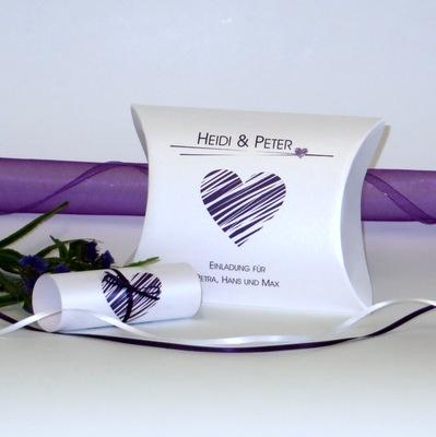 """Hochzeitseinladungsbox """"Streifenherz"""" lila"""