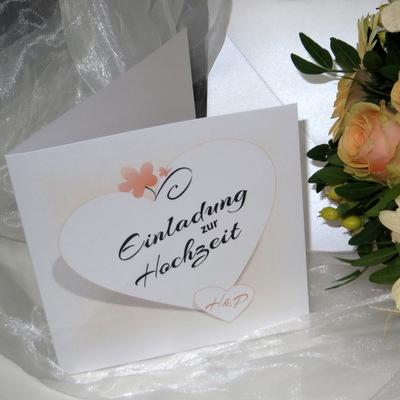 Personalisierte Hochzeitseinladung in zartem apricot.