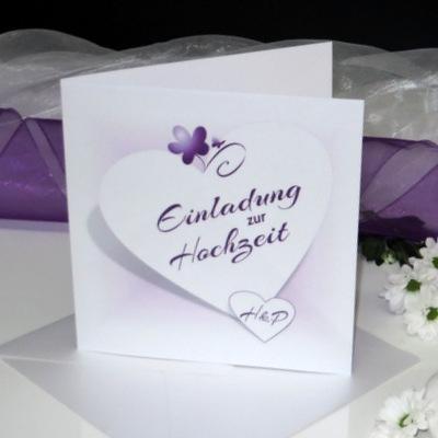 Personalisierte Hochzeitseinladung in lila und flieder.