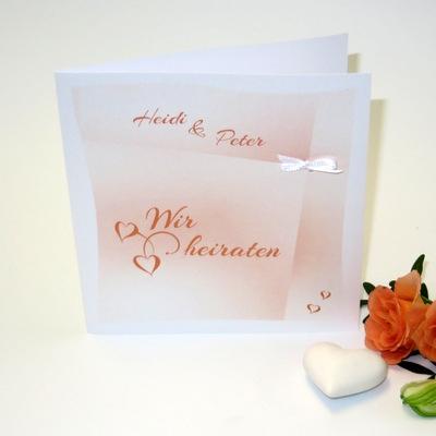 Orange-weiße Hochzeitseinladung mit einem Farbverlauf, Ranken und Herzen.