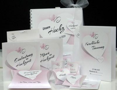 Ganz zart in Rosa gestaltete Hochzeitspapeterie aus edlem Karton.