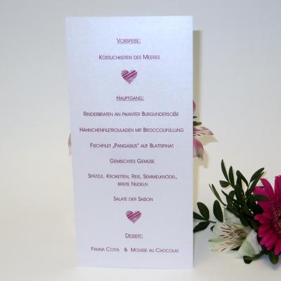 Elegante Menükarte als Schriftrolle mit tollem Herzdesign in pink