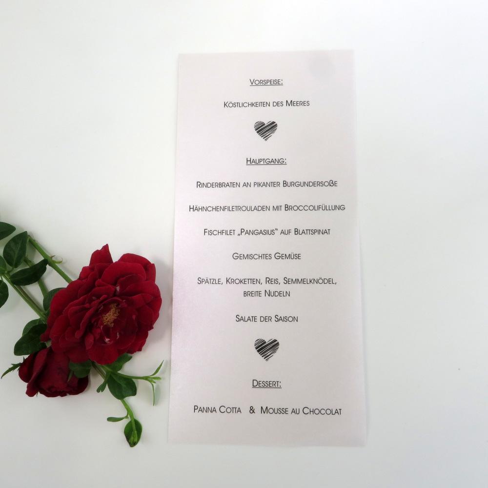 Hochzeitsmenükarte mit schwarzen Herzen.