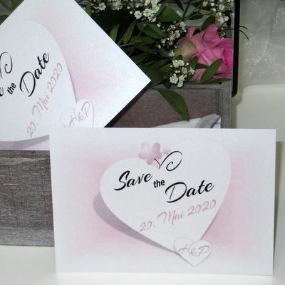 Beidseitig bedruckte Save-the-Date-Karte für eine Hochzeit in Rosa.