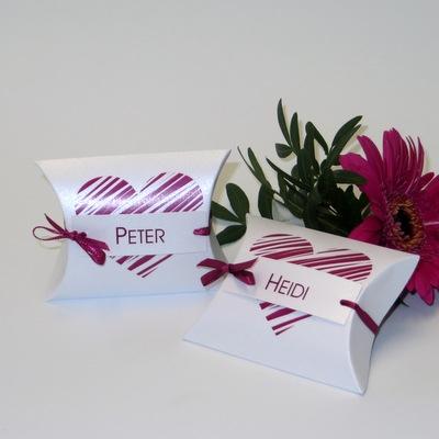 Angesagte Platzkarten als Kisschenschachtel in pink - perfekt um den Gästen eine Kleinigkeit reinzulegen