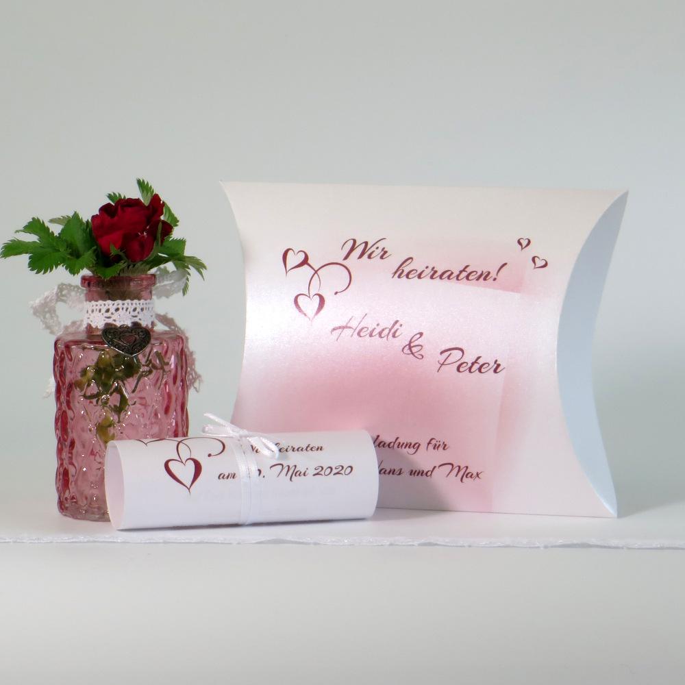 Hochzeitseinladung mit Schriftrolle und einer personalisierten Box.