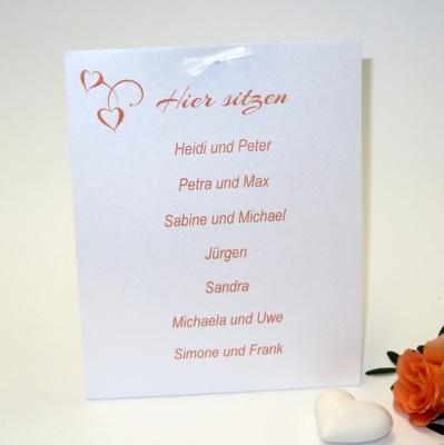 Orange-weiße Gruppentischkarte für eine Hochzeit.