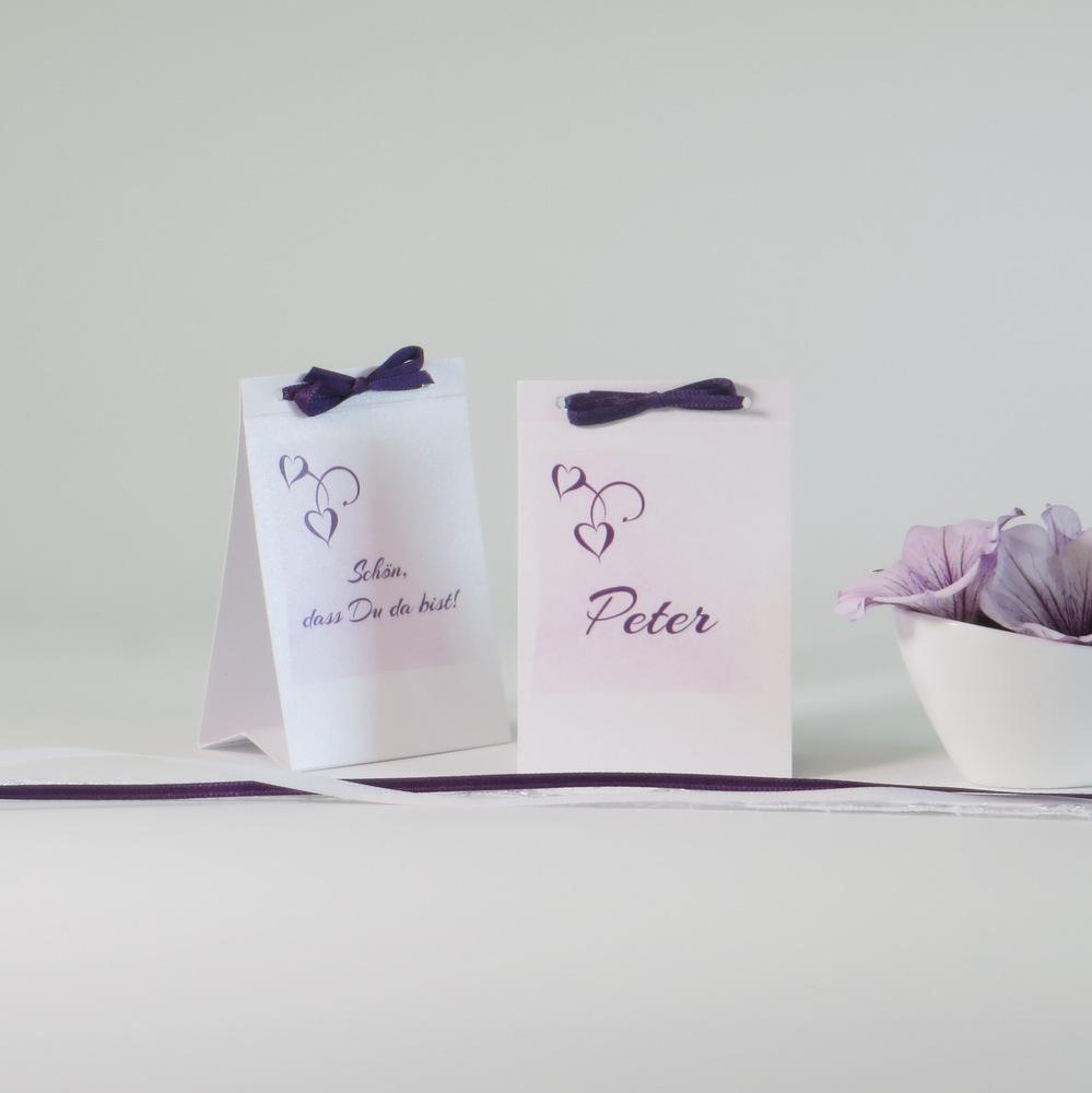 """Elegante Tischkarten in lila, als Aufsteller, mit dem Namen des Gastes oder """"Schön, dass du da bist!"""" bedruckt"""