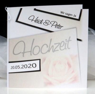 Edle Hochzeitseinladung mit einer cremefarbenen Rose und braunen Details.