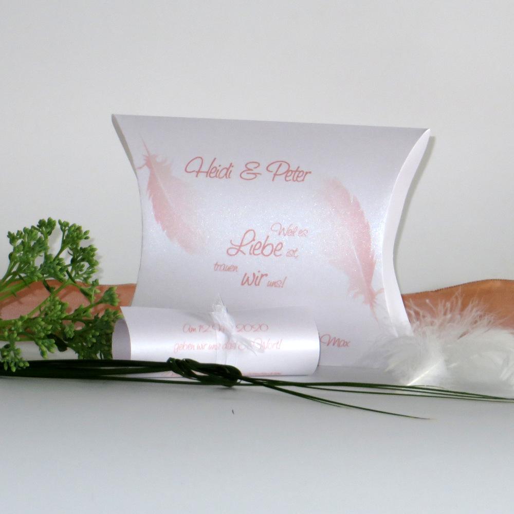 Kreative Hochzeitseinladung mit Federn in peach.