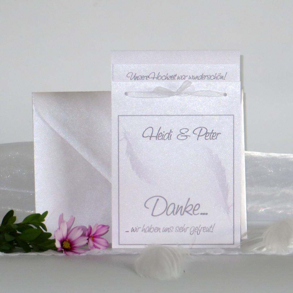 Wundervolle Danksagungskarte mit zarten Federn in grau.