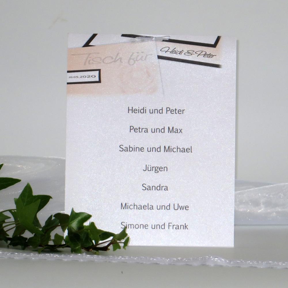 In apricot und weiß gestaltete Gruppentischkarte mit einem Rosendesign.