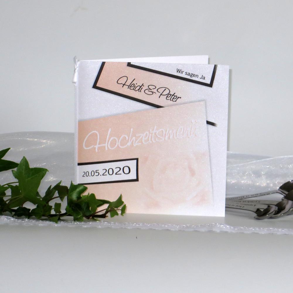 Eine Hochzeitsmenükarte in apricot, die die Rose als Hochzeitsblume in den Vordergrund stellt.