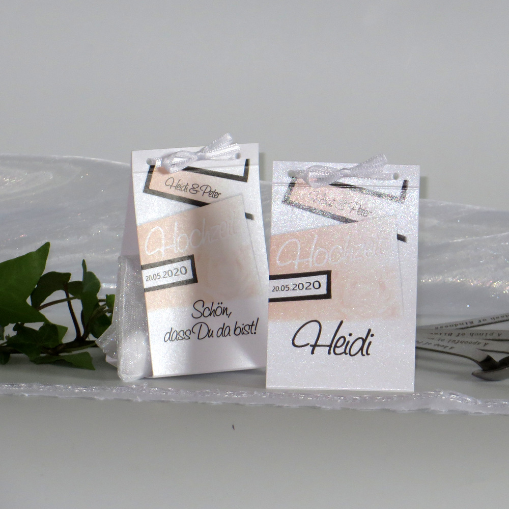 Hochzeitstischkarten in apricot mit einer Rose.