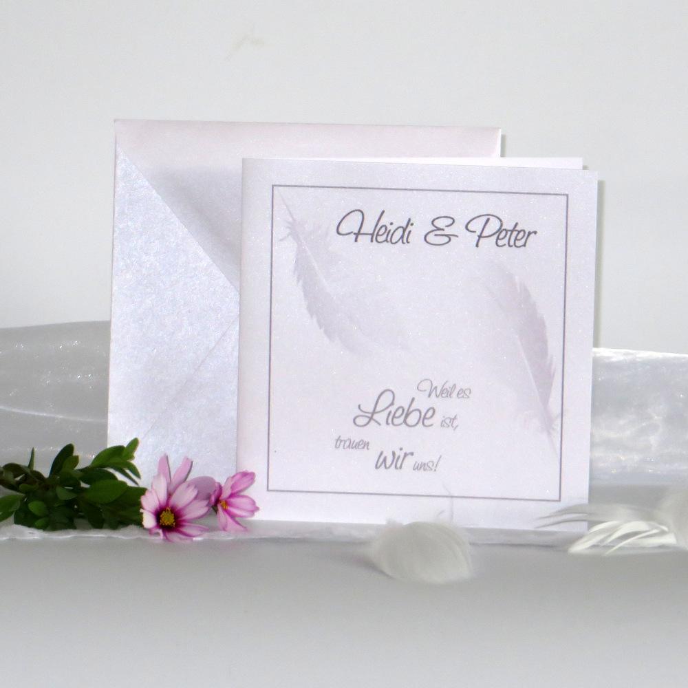 Ausgefallene Hochzeitseinladung mit Federn in sanftem grau.
