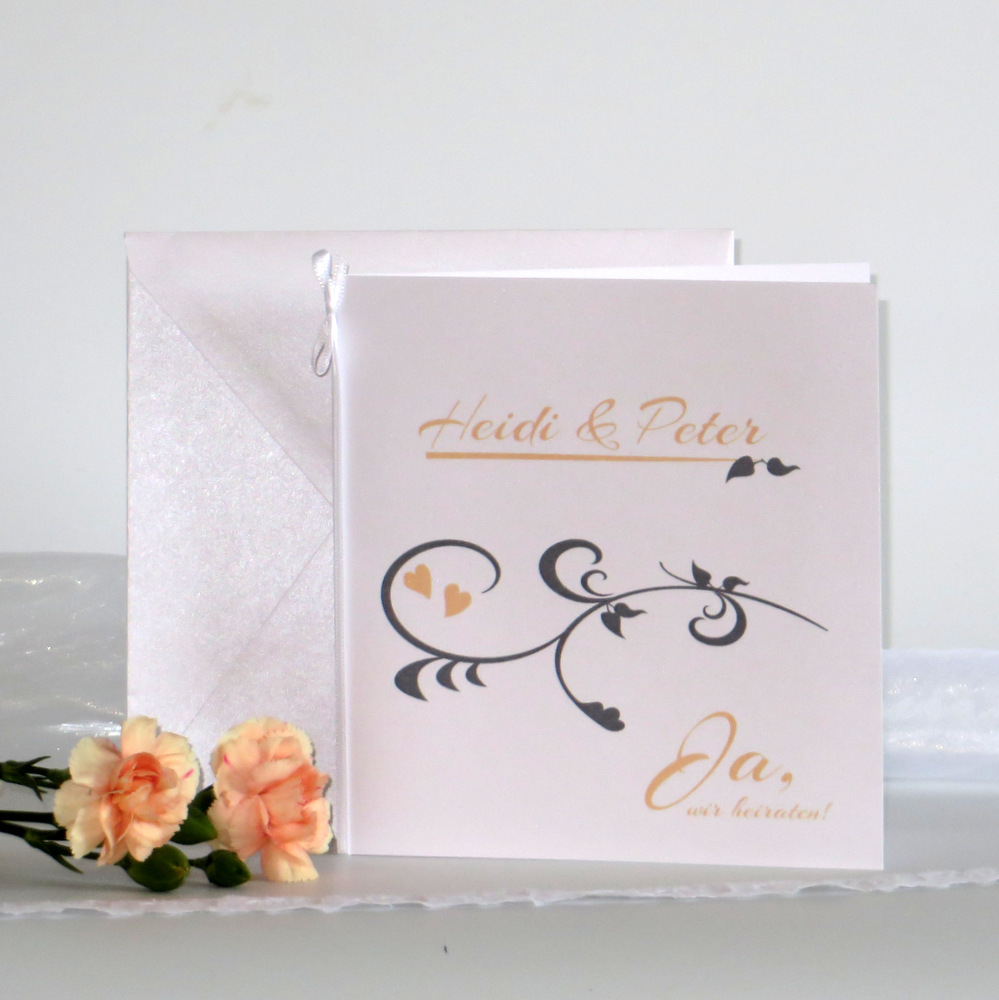 Hochzeitseinladung mit Band und einem Druck in apricot.