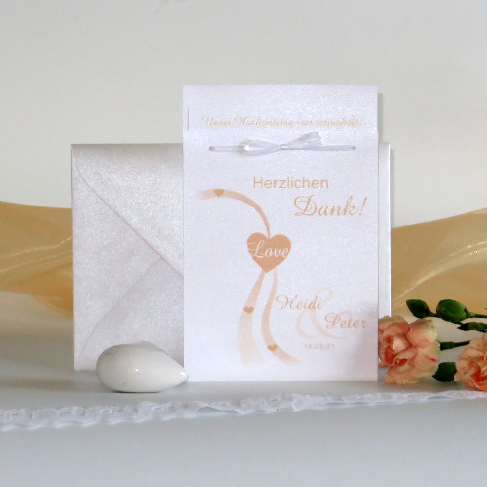 Hochzeitsdanksagung mit Herzen und Schriften in apricot.
