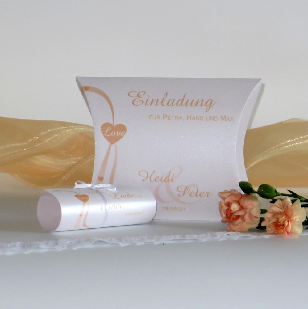 Hochzeitseinladung in soften Farben mit Herzen und Schriftrolle.