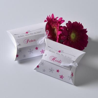 Kartonage für Gastgeschenke mit Blumen in pink und Namen.