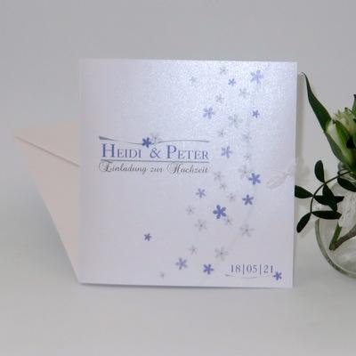 Innovative Hochzeitseinladung in elegantem flieder und tollem grau sowie zauberhaften Blümchenlook