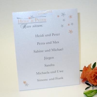 Gruppentischkarte mit einem romantischen Design aus Blumen in apricot.